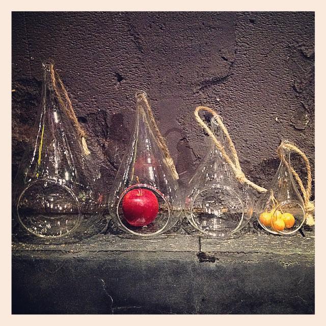 しずくの様なガラスのオーナメントが入荷しました。麻ひもがついていて、吊り下げることができます。サイズは4サイズです。好きな植物を入れて楽しめます