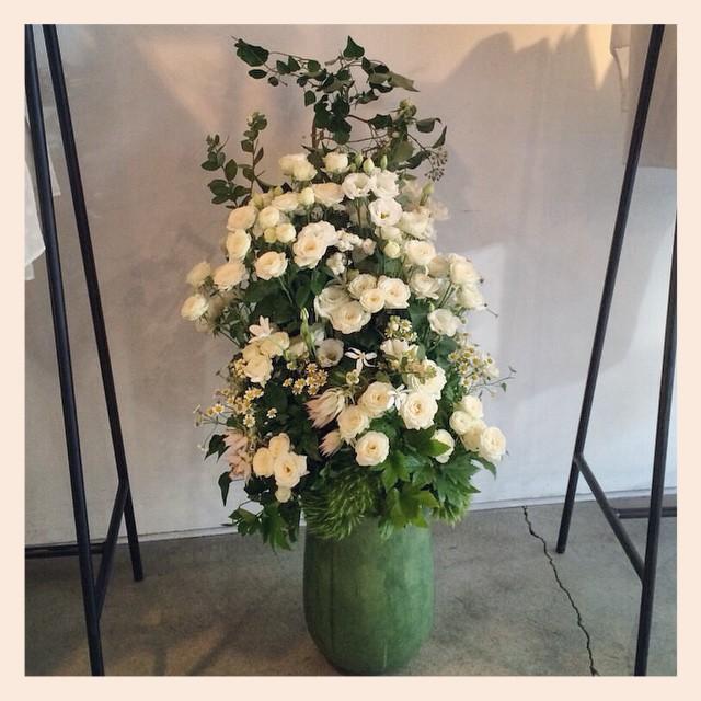 こちらは小さな白いバラがたくさん入ったナチュラルなアレンジメントです