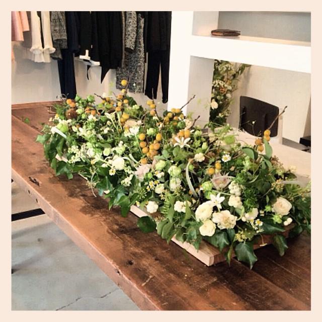 お洋服の展示会のお花です