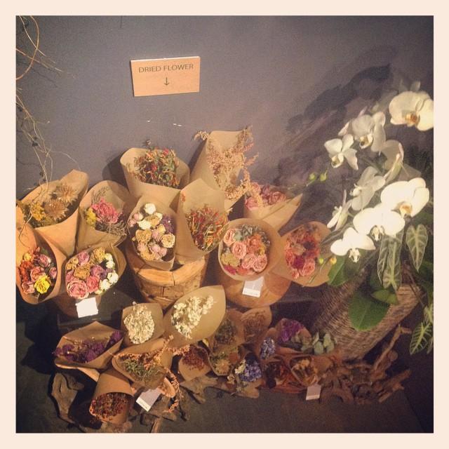 二階にドライフラワーコーナーをつくりました。色んなお花のドライフラワーをご用意しております。お値段もお手頃ですリースなどの素材として、贈り物としてもおすすめです!