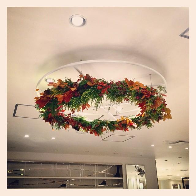 BIRTH DESIGHN様にご依頼いただいた、装花。明後日、16日まで伊勢丹新宿本館2階の靴売り場にてご覧いただけます。