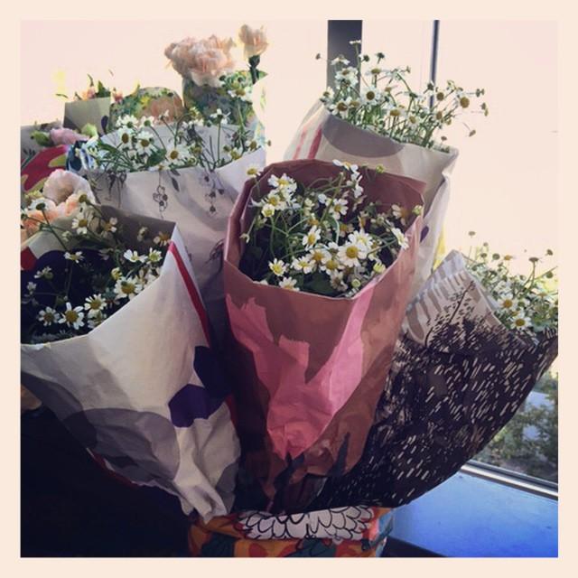 ペーパーがとてもカラフルなので、お花はシンプルに一種類のみ#MARNI