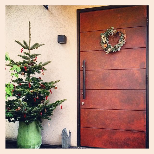 広尾のレストランからのご注文。玄関先に2メートルほどのツリーとリース、お庭の電飾の設置もさせていただきました。 派手ではないけれど、大人っぽいシックなクリスマス。 ライムのスライスのドライ、シナモン松かさ、赤いオーナメントで飾り付けました