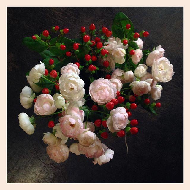 バラのオールドファンタジーとヒペリカムのサービスブーケ入り口入ってすぐ左側には毎日サービスブーケを用意しております。価格より少し多くお花が入っているのでお得ですご自宅や贈り物にぜひ。お花の内容はころころ変わります価格は1,000円前後。