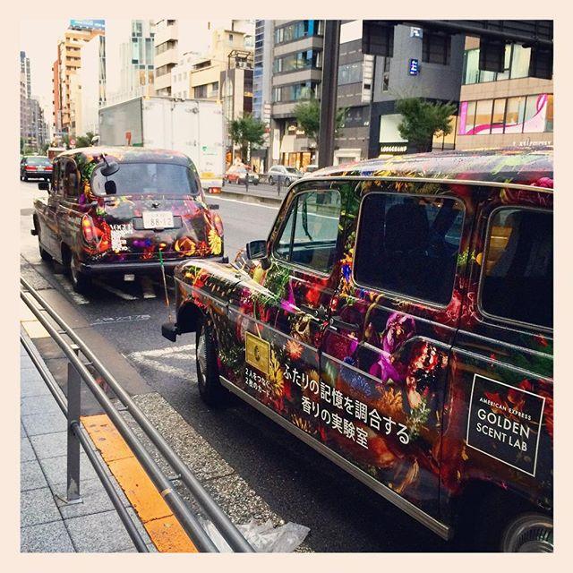13日(日)までの間、ファッションナイトアウト、アメックスのロンドンタクシーが渋谷、原宿、表参道 間を二台走っています製作した花のデザインがボディ全体にプリントされています