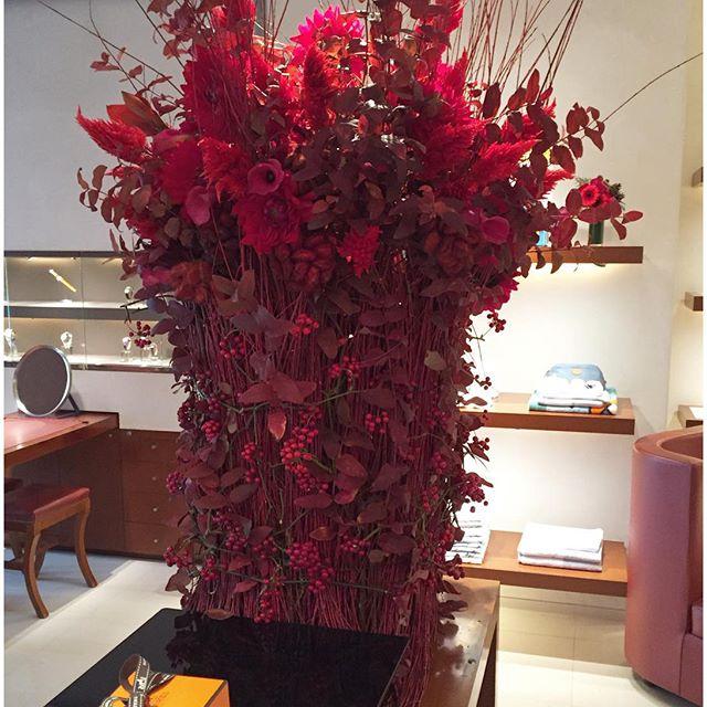 #エルメス #クリスマス パーティー装花葉の茎のグリーンを除いたビジュアルで赤一色に仕上げました。