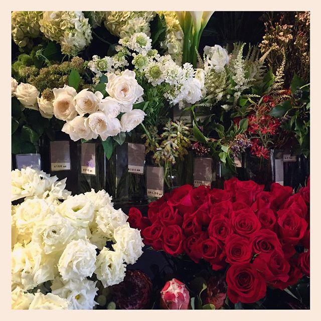 クリスマスイブですね️ 素敵なお花の贈り物はいかがでしょうか?赤いバラは人気があります!ご希望の方はなるべく早くご予約下さい。 tel03-6427-8013ホームページの中からもお問い合わせ頂けます