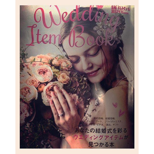 先日発売された、#ゼクシィ の別冊保存版 指輪 ドレス&ビューティー演出アイテムBOOK のお花を担当させて頂きました。画像は、表紙です。#ウェディングブーケ#ブライダルブーケ#ブーケ シャンペトル