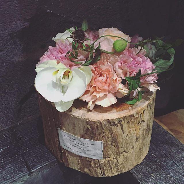 母の日のご注文承っております。S.M.Lの3サイズ、ニュアンスカ、ビビッド、ビタミン、ナチュラルの4色です。木をくり抜いて作られた器にカーネーション、バラなどのお花に胡蝶蘭の様な個性のあるお花を添えます。全国へのご配送も、店頭での受け取りも可能です。写真はMサイズのニュアンスです。価格Sサイズ→¥3,500Mサイズ→¥5,000Lサイズ→¥8,000全て消費税と送料別となります。たくさんのご注文お待ちしております