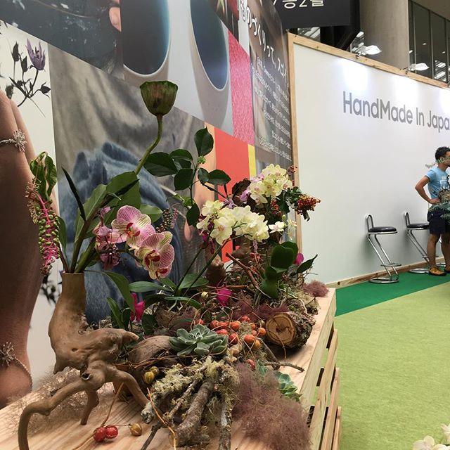 #ハンドメイドインジャパン会場内、所々装花や植栽しております!写真は会場のエントランスの装花です。