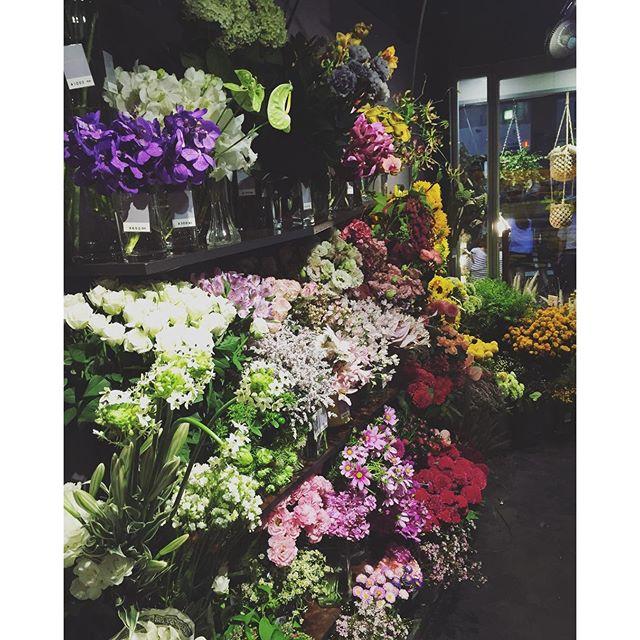 お知らせ9月より営業時間を変更させていただきます。土日祝日を全て21時閉店にさせていただきます。平日は今のまで通り23時閉店です。開店時間も今まで通り10時です。どうぞよろしくお願い致します本日もたくさんお花が入荷しております。ご来店お待ちしております️