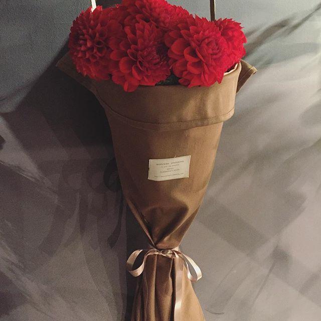 大好評のブーケバックの新色入荷しました写真のバッグは前回のものより少し厚手で冬にぴったりなキャメル。赤いお花を入れてクリスマスの贈り物にも…こちらは現在は大きいサイズのみです。¥1,700(税別)となります