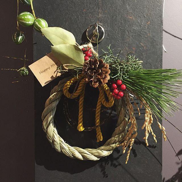 お正月のお飾り。S・M・Lサイズございます。数量限定ですのでなくなり次第終了となります。写真はSサイズ。¥2,500(税別)お正月用のお飾りやお花は縁起物ぜひ当店のお飾りやお花で新年を迎えて下さい本日も23時まで営業いたします。お花もいつも通りたくさん並んでおります。ご来店お待ちしております🌳(16時から19時にかけて混み合うことが予想されますので、早めのご来店をお勧めいたします)