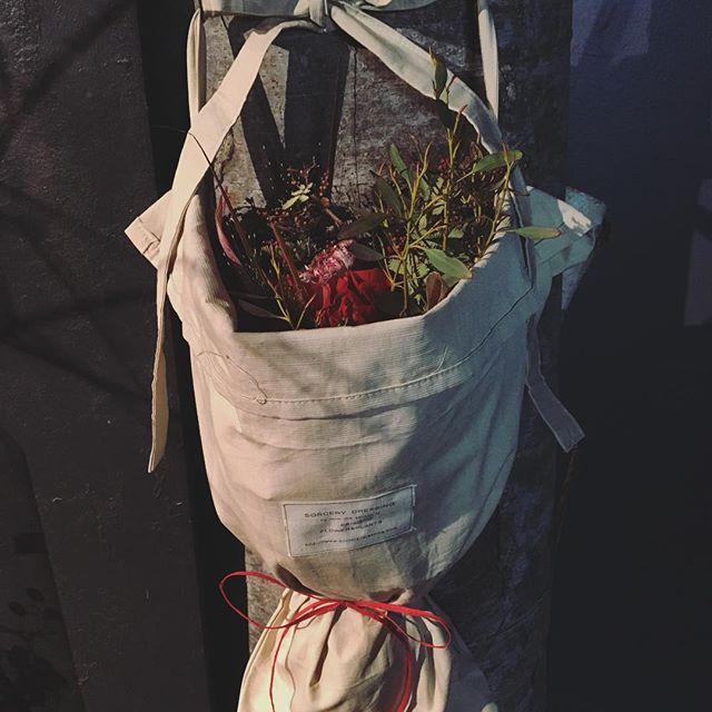 赤い花束をブーケバッグに入れて…大好評のブーケバッグ。こちらは全7色、2サイズでご用意してます。生花やドライフラワーのブーケのラッピングにはもちろん、切り花や観葉植物の持ち運びにも適した、三角形の布バッグですバレンタインの贈り物にもおすすめしております写真は、ブーケ¥4,000(税別)ブーケバッグ¥1,000(税別)となります