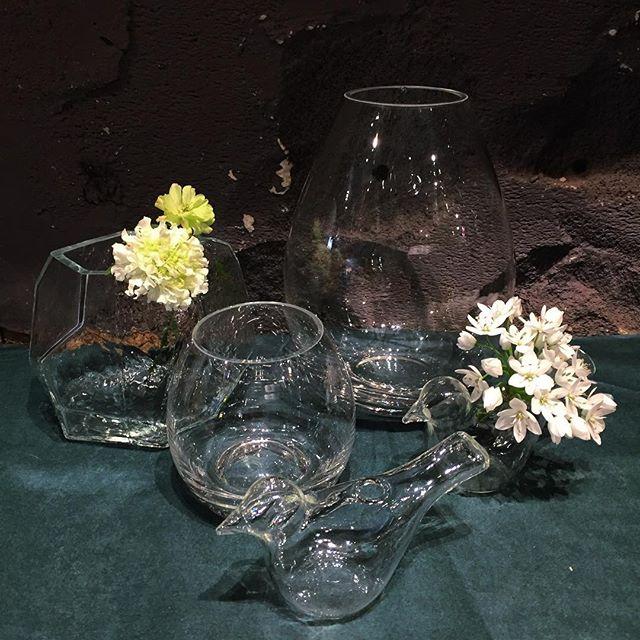 花瓶がたくさん入荷しました使いやすいシンプルなものから、少し変わったものまで、約30種類ほど。ご来店お待ちしております