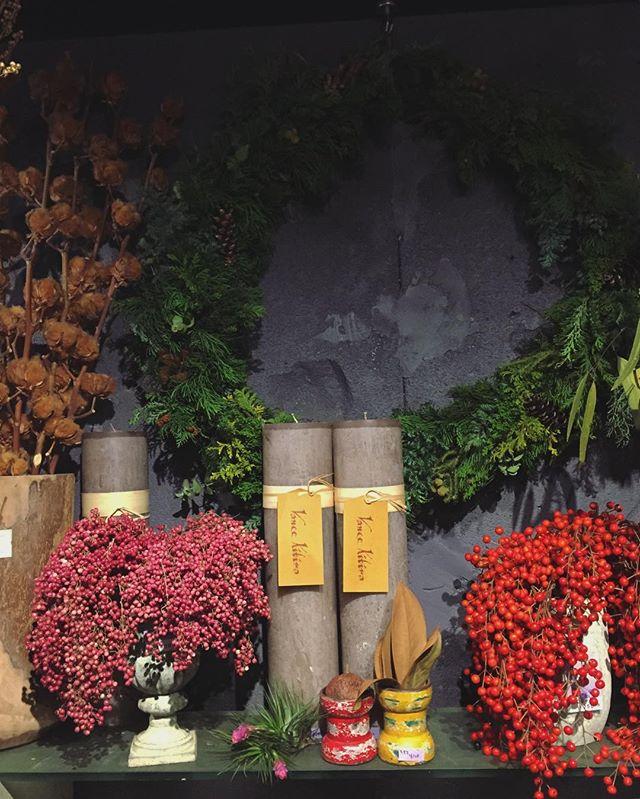 飯桐の実、ペッパーベリー、コットン。店頭にはクリスマス飾りに使える植物たくさんご用意していますフレッシュのリースやスワッグもまだまだお作りします。店頭にも並んでおりますが、オーダーでも承ります。(直径30cm ¥5,000~)お渡しは基本的にご予約の翌々日を最短とさせて頂いております。(お急ぎの方はスタッフにご相談ください)ご来店お待ちしております