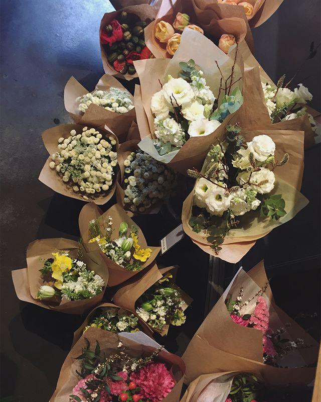 入り口入ってすぐ左には、できあがったブーケや花束が常に並んでいますブーケは、サイズ感や色合いの見本となるように、お急ぎの方がすぐ買えるように。下に置いてある少し丈の長い花束は、数種類のお花をシンプルにまとめて、ご自宅用にもおすすめです。いずれもお花は少しサービスで入っているので、気に入ったものがあれば、ぜひこちらからお選び下さい大人気のブーケバッグのSサイズでラッピングすれば、素敵な贈り物になります。ホワイトデーにぜひ