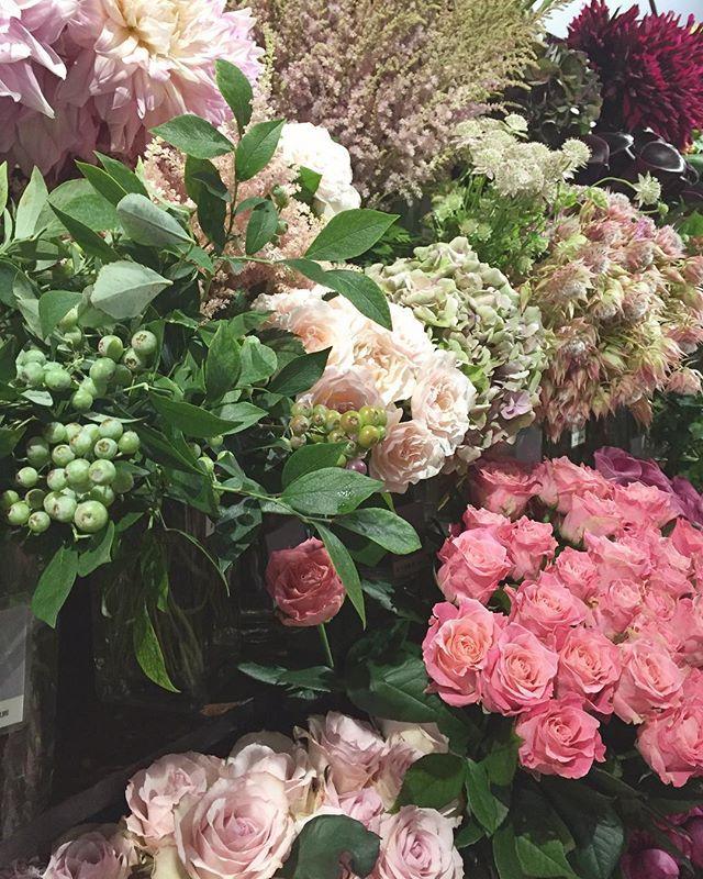 バラの花束を少しお得にお出ししています。ご自宅に贈り物に… 本日も23時までの営業ですご来店お待ちしております