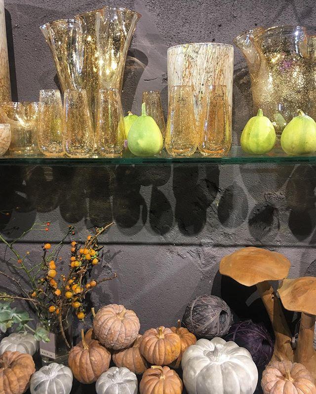 店内は秋色に本日はお花の入荷日です。夕方には本日入荷のお花が店頭に並びます。23時までの営業です。ご来店お待ちしております