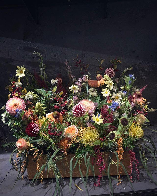 ブランドイメージに合わせた形、 色合いの御祝い花を提案しております。写真はイタリアのアパレルブランドMARNI様ご依頼の御祝い花。代表的な、植物の鮮やかなテキスタイルをイメージ。送る側も送られる側もわくわくするお花を…大小問わず承っております。お気軽にご相談ください