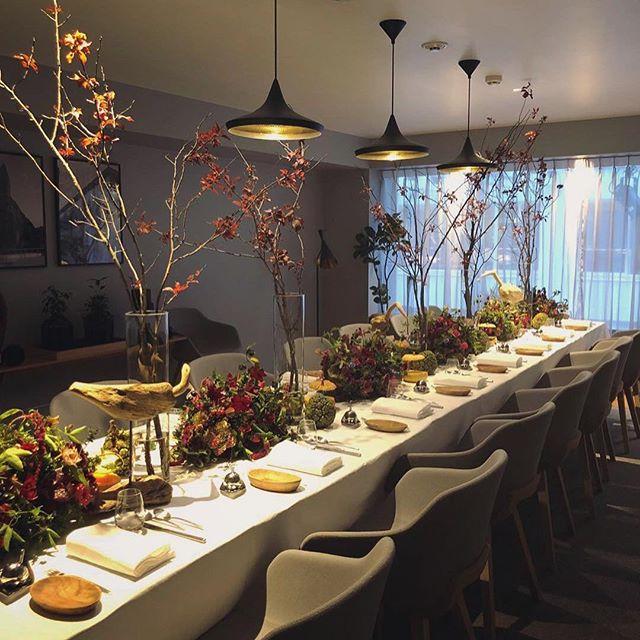 先日のハロウィンディナーのテーブル装花。大人っぽく、だけどどこか遊びのあるお花をとの依頼。少し不思議なジャックオーランタンも。クリスマスやお正月など、季節に合わせた装飾のご相談承ります。