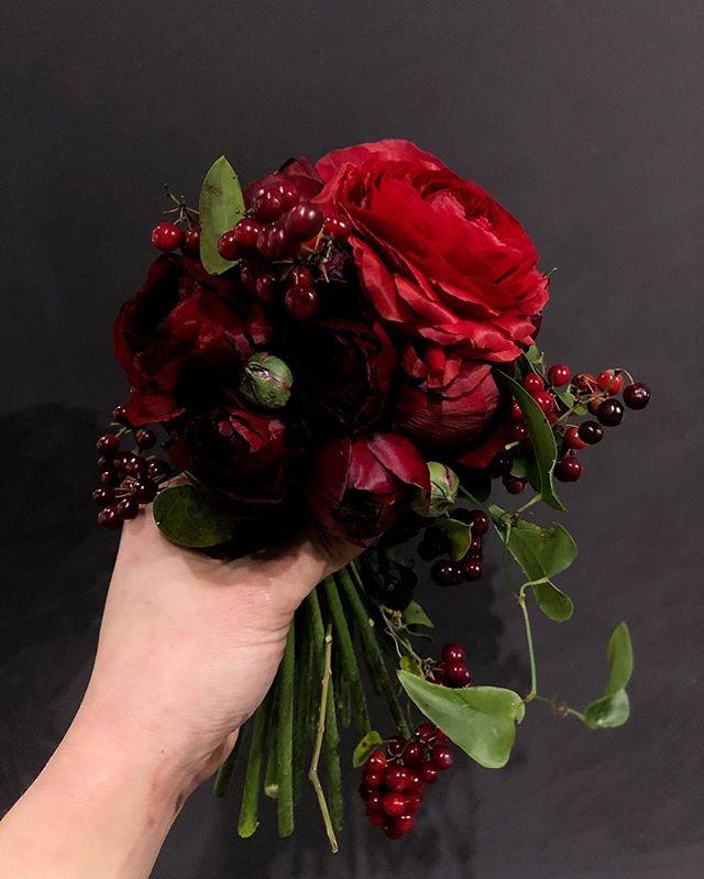 ラナンキュラス2種類とイタリアンベリーのみの真紅のブライダルブーケ。#sorcerydressing #ソーセリードレッシング #Ranunculus #ラナンキュラス #smilaxaspera #イタリアンベリー