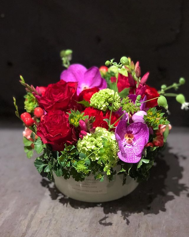 vividはっきりした色合いでエレガントな雰囲気。華やかなお花で高級感のある印象。 ※写真はMサイズです。※写真はあくまでイメージで、その時入ったお花でお作りいたします。※色についても、雰囲気に合った色を使用致します。#sorcerydressing #ソーセリードレッシング #mothersday