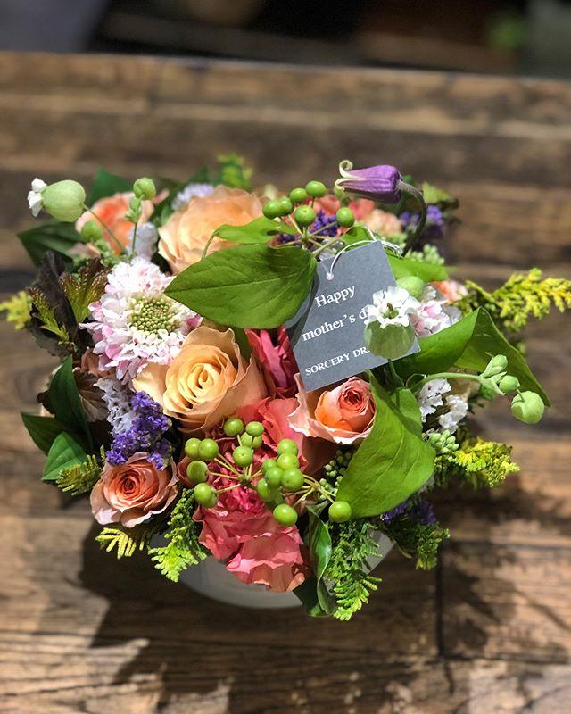 母の日の贈り物、たくさんのご注文ありがとうございました。現在店頭のお花がすっからかんの状況です。本日お昼過ぎにお花が入荷します。夕方には店頭にお花が並ぶかと思います。ご来店お待ちしております