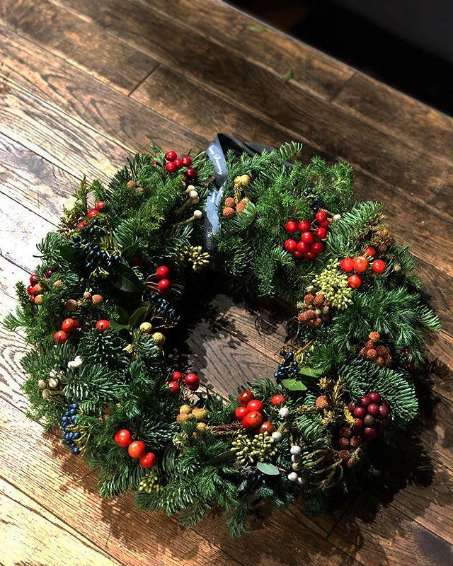 リース、スワッグなどクリスマス飾りのオーダー、まだまだ承っております。数種類のグリーンをたっぷり使用したリース。グリーンの風合いや香りを楽しんでいただけるシンプルなデザイン。少し華やかさを…という方は、店内の実ものやリボンをプラスすることもできます。最初の写真は、オーダーでお作りしたものとなります。グリーンのみのベースのプライスリスト↓φ20~30cm / ¥3,000~¥4,000φ30~40cm / ¥4,000~¥6,000φ40~50cm / ¥6,000~¥10,000スワッグは、乾燥しても壊れにくい、オレゴン産のモミの木をベースに、モミの樹形を活かしたシンプルなデザインに。写真のもので¥2,500(税別)全てオーダーメイドとなります。ご予算やご要望に合わせてお作りいたします。お気軽にお問い合わせ下さいませ