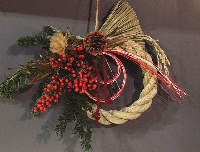 お正月飾り明日より、お正月用の松や千両などの切り花と共に店頭に並びます。オーダー、ご予約承っております。プライスリスト↓S (φ9cm) ¥1,000M (φ17cm) ¥2,500L (φ20cm) ¥3,5002L (φ25cm) ¥5,000写真はLサイズのものです。
