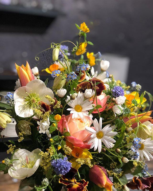 お店がしばらくお休みになります。今あるお花が少しでも誰かに楽しんでいただけるよう、フレキシブルなお届けをさせて頂こうと思います。代引きのみで直接のお届けを承ります。もちろん、銀行振込やwebからのクレジット払いでのご注文も承ります。メールや電話、DMからぜひお問い合わせください。お花の内容は基本的にお任せ頂ければと思います。(明るく、とか、シックに、程度であればご希望伺います!)送料合わせて¥3,000(税別)から承ります。花瓶とセットや球根付きのチューリップ、ミントの苗などもあります。こんな時こそお花を。家にいるご自身へ、会いにいけない友人やご家族へ。ぜひたくさんの方へ届きますように。