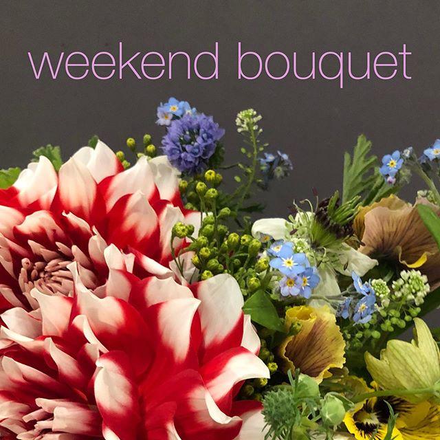 人は外出を控えても外では花が咲き続ける。せっかく咲いたお花をお家で楽しみませんか?来週から週末限定で送料サービスのお花の宅配を承ります。(ご注文はホームページのonline storeから承ります。お支払いは銀行振込み、クレジットカードがご利用いただけます。) こんな時こそお花を家にいるご自身へ、会いに行けないご家族やご友人へ。日本全国に、季節の草花を束ねたWEEKEND BOUQUETをお届けします。サイズは2種類。東京23区の近隣指定エリアに関しては、配送料をサービスしてお届けさせていただきます。【指定エリア】渋谷区・目黒区・品川区・港区・千代田区・中央区・世田谷区・新宿区・中野区・杉並それ以外の地域に関しても、期間限定で追加550円にてお届けさせていただきます。 【対象となる週末】4月の第2・第3・第4週末(金曜日・土曜日・日曜日)希望の週の水曜日15時までにお申し込み・お支払いを完了していただきましたら、その週の金曜日・土曜日・日曜日のいづれかのお日にちにお届けさせていただきます。(水曜日15時を過ぎてお支払いただいた場合、次の週にお届けさせていただきます。) ***必ずご確認ください*** ・ご注文後、自動返信にてご注文内容の確認メールを送らせていただきます。 ・お花に関しては色味等も含め、全ておまかせいただきます。3〜5種類以上の草花を束ねてお届けさせていただきます。 ・具体的なお日にち・お時間のご指定は承っておりません。ご不在の場合はお玄関や宅配ボックスなどにお届けさせていただきます。 ・配送料をサービスさせていただく近隣指定エリアとそれ以外のエリアからのご注文で商品金額が分れております。必ずお届け先の住所をご確認の上ご購入ください。万一エリアを間違えてご購入・ご決済された場合にもご返金等は致しかねますが、差額をお花の量で調整させていただきます。 ・北海道・九州・沖縄など遠方からのご注文に関しては別途送料を頂く場合がございます。 ・お支払いを確認できない場合、ご注文をキャンセルさせていただく場合がございます。 ・状況の変化により市場が機能せず、仕入れが難しい状況になった場合等は、その週のお届けを延期させていただく場合がございます。キャンセルは原則お受けできませんが、個別にご連絡の上お届けは必ずさせていただきます。